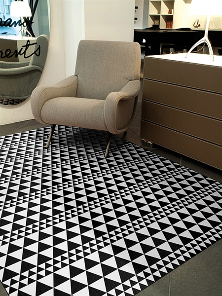 Tappeto bianco e nero pattern triangoli